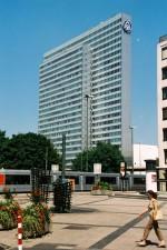 Das Drei-Scheiben-Haus, auch Thyssen-Haus genannt, wurde 1960 am Rande des Hofgartens von den Düsseldorfer Architekten Helmut Hentrich & Hubert Petschnigg erbaut. Es hat eine Höhe von 94 m und beinhaltet 26 Etagen.