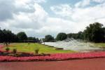 Wenn man den Nordpark von der Kaiserswerther Straße her betritt, sieht man die Wasserspiele, die auf der gesamten Länge einen großen Bogen bilden, in dem 170 Meter langen Becken und die sich anschließende große Fontäne.