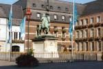 Das bekannte Reiterstandbild, dass Grupello von 1703 bis 1711 schuf, zeigt den Kurfürsten Jan Wellem in voller Pracht auf dem Marmorsockel vor dem Rathaus auf dem Marktplatz.