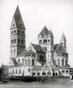 Die 1894 erbaute neuromanische Kirche wurde von dem Düsseldorfer Architekten Josef Kleesattel in dreijähriger Bauzeit errichtet. Ihr Vorbild war die staufische Kirche St. Aposteln in Köln. Stadtarchiv Düsseldorf. Foto von 1908.